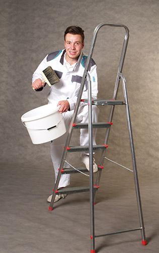 Mitarbeiter auf Leiter mit Pinsel