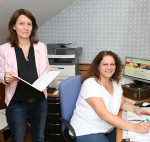 Beide Mitarbeiterinnen mit Kundenunterlagen